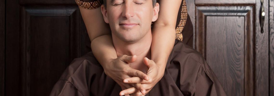 Tailandietiškas tradicinis masažas atliekamas ant tatamio
